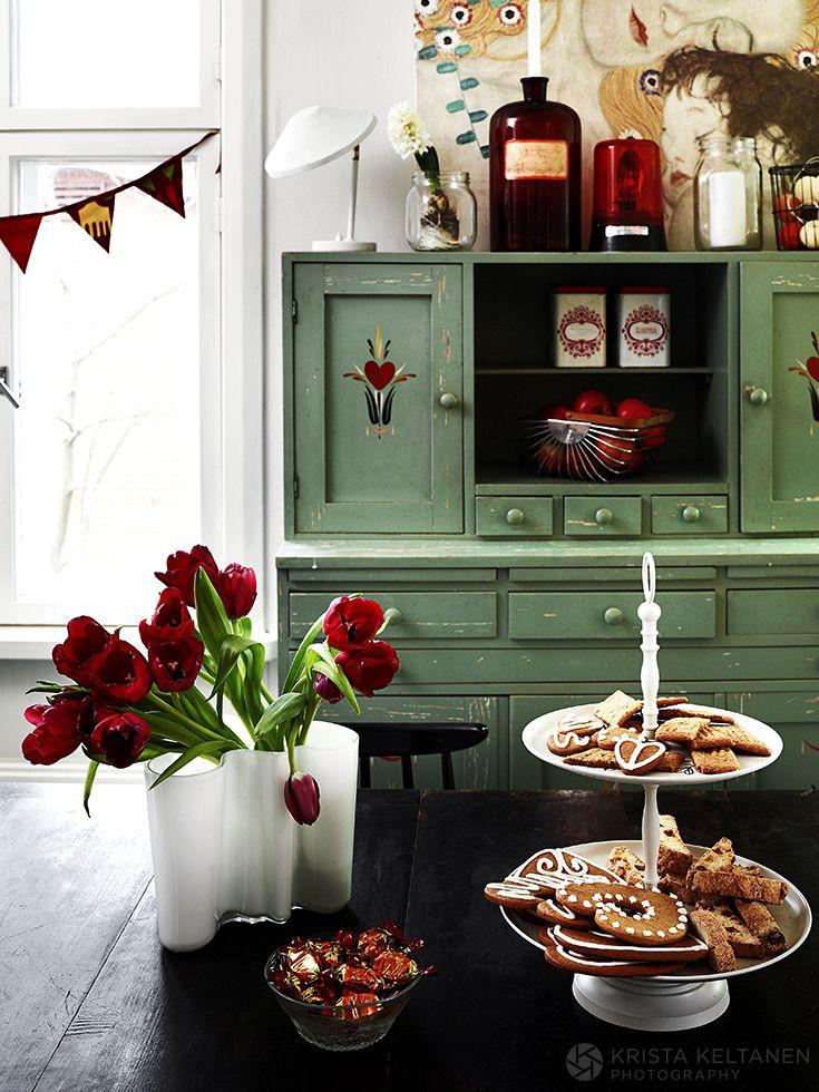 Puutalokodin joulu rakennetaan pienistä asioista. Marraskuun alussa Susanna ripustaa keittiön ikkunaan paperitähden ja valosarjoja, kaivaa varastosta räsymatot ja vaihtaa tekstiilit punaiseen sävyihin. Jouluna koti on värikkäämpi ja tunnelmaltaan lämpöisempi kuin muulloin. -kirjoittaa…