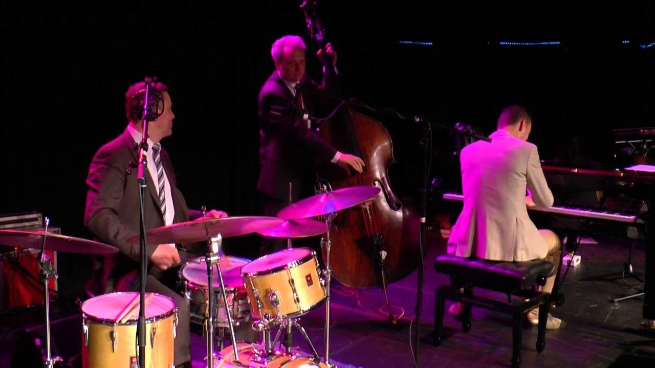 Optreden van het Trio Peter Beets (Chopin meets the Blues) op het Goois Jazzfestival op zaterdag 21 maart 2015. Peter Beets - piano Marius Beets - contrabas ...
