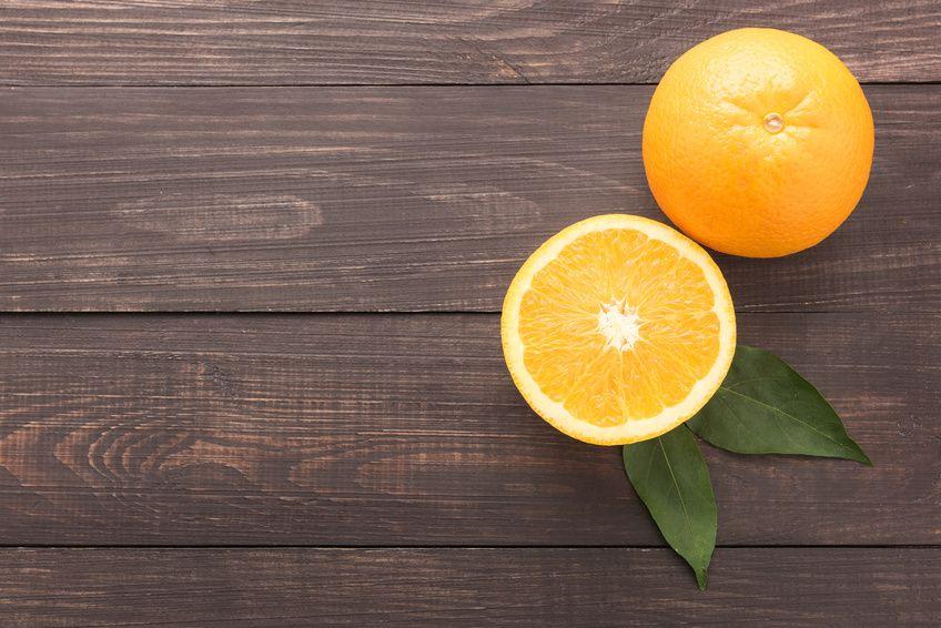 ¿Quieres un aliño diferente? No se hable más, prepara en casa un aceite aromático de naranja y cilantro que irá de lujo con las ensaladas de verano.  Hazte con un bote o frasco de cristal, coloca dentro una cucharadita de semillas de cilantro, un ramillete de cilantro fresco (previamente lavado y secado) y piel de naranja. Evita la parte blanca interior de la piel porque puede amargar. Llena el bote de aceite de oliva virgen extra y deja reposar un mes, filtra y... ¡listo!