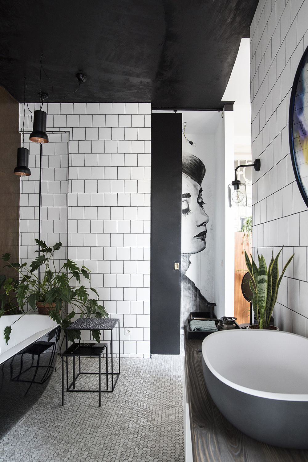 Black and white Bathroom with copper wall // Plants// Black ...