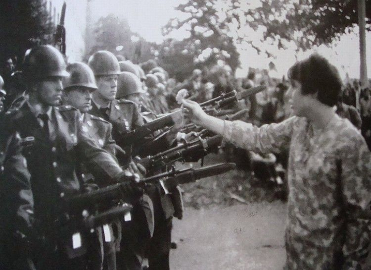 21 Of The Most Iconic Protest Photos Of All Time Prepare For Goosebumps Iconic Photos Powerful Pictures War Photography