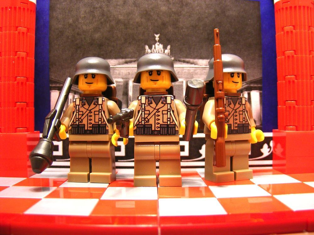 3x WWII German Grenadiers, Panzerfaust, Luger, Kar98, Stahlhelm, Backpacks & M24