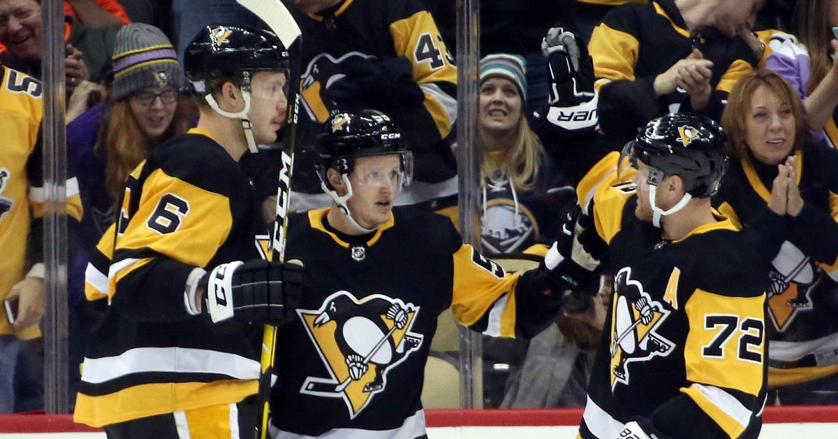 Patric Hornqvist Scores 3 Straight Goals In A 2 47 Stretch In The 3rd Period On Hat Giveaway Night To Lead The Peng Penguins Pittsburgh Penguins Penguin Love