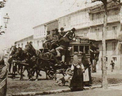 Transporte público.Carrilana en la Porta Faxeira, Santiago de Compostela, a comienzos del siglo XX.