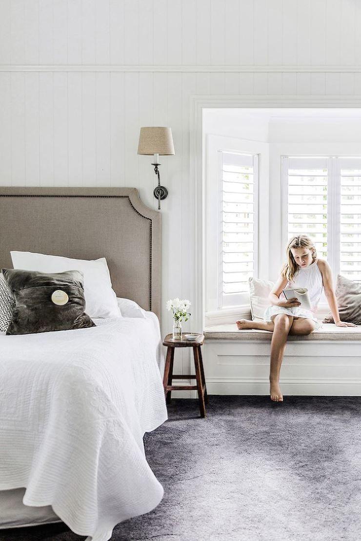 Schlafzimmer in grau/weiß mit Erker und Sitzbank zum Verweilen ...