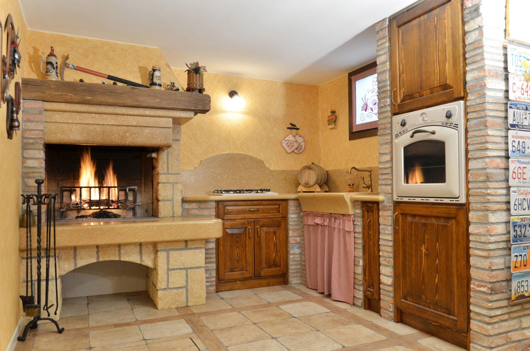 Cucina rustica in muratura Caminetto per taverna Piano cucina in marmo Mattone faccia vista