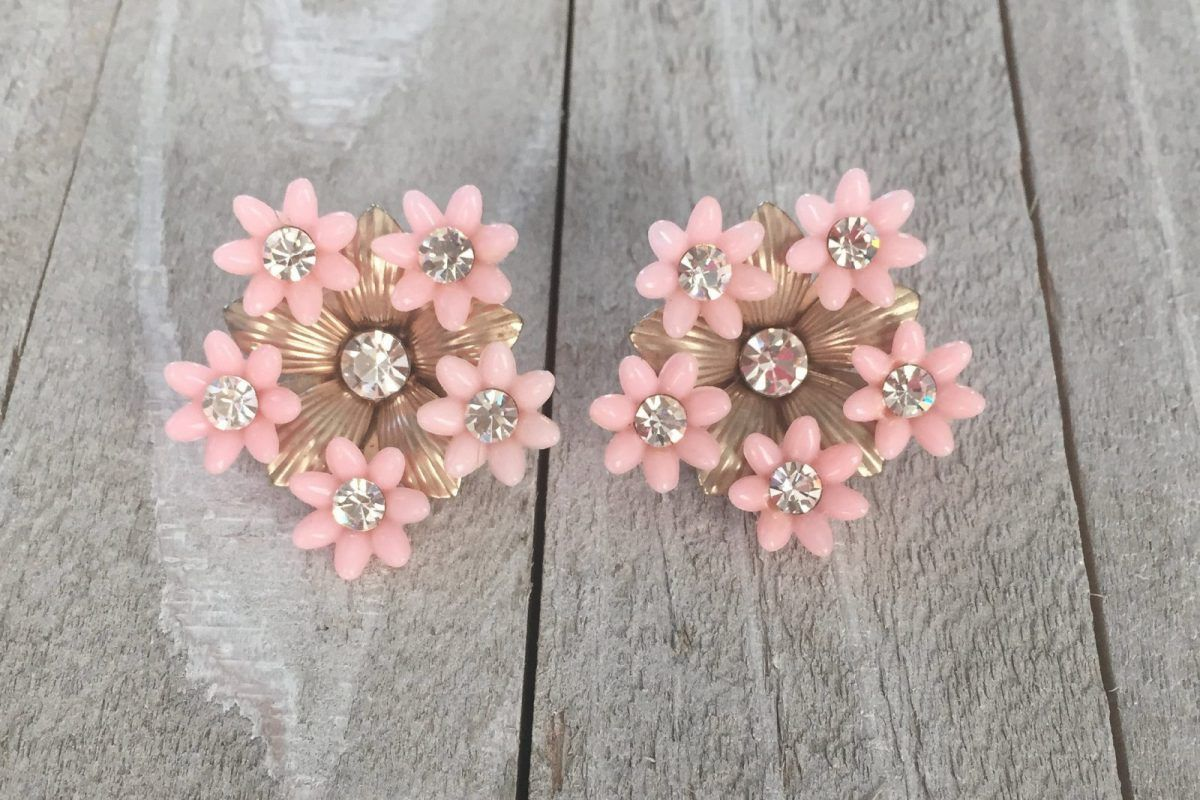 Details about  /Vintage Jewelry 1950/'s Pink Plastic Daisy Rhinestone Centers Clip on  Earrings