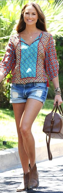 Who made Stacy Keibler's print tunic top and brown leather handbag