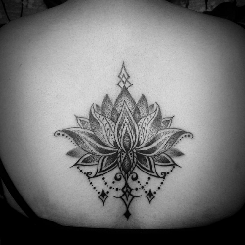 Tatouage dos lotus dotwork ornemental tatouages pinterest tatouage dos lotus et ornemental - Signification fleur de lotus tatouage ...