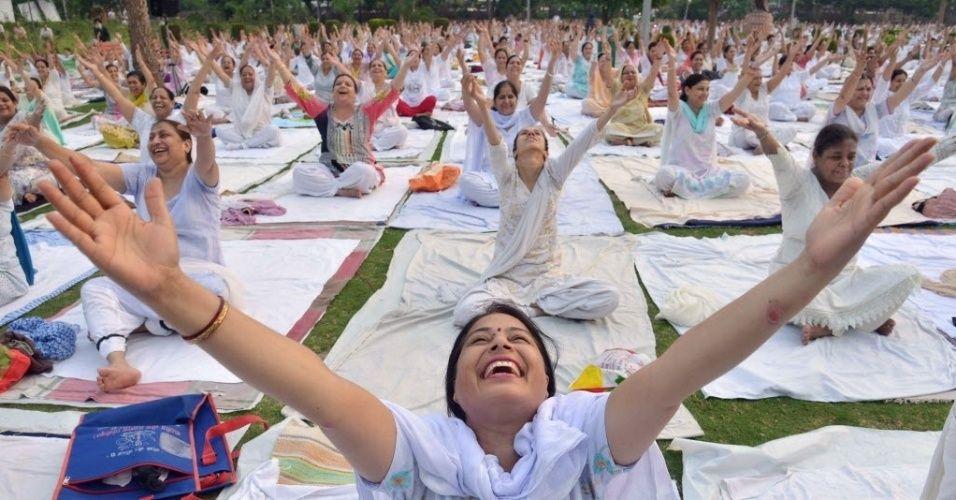 """20160621 - Grupo pratica ioga em Amritsar, na Índia, no Dia Internacional da Ioga. A prática, cujo nome em sânscrito significa """"união"""", reúne uma série de exercícios espirituais antigos do sudeste da Ásia. Difundida pelo mundo todo, a ioga continua sendo uma tradição vibrante em sua região de origem, onde é vista como forma para alcançar a iluminação espiritual Imagem: Narinder Nanu/AFP"""