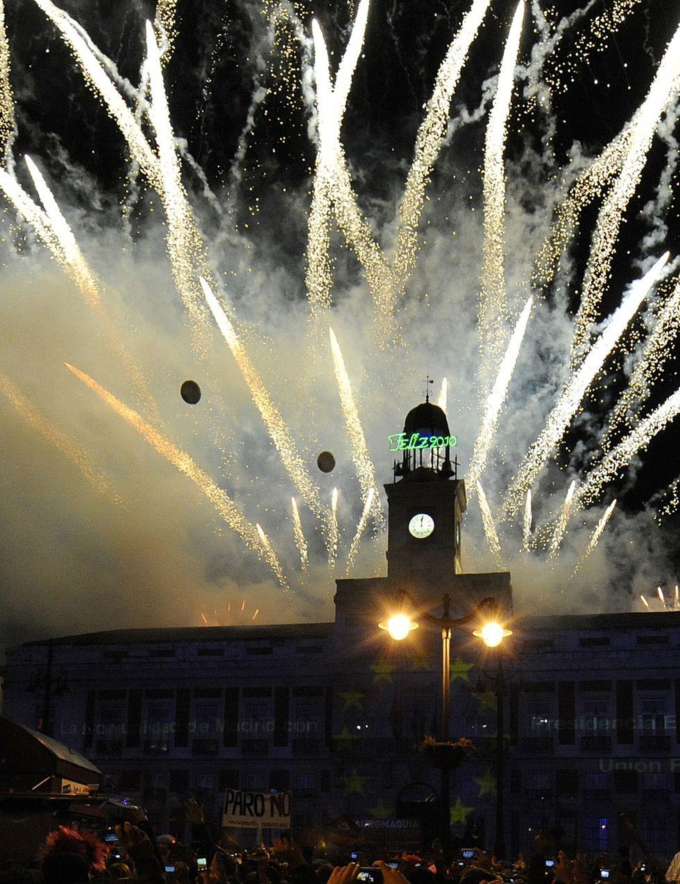 Foto Fuegos Artificiales Desde La Puerta Del Sol De Madrid En Nochevieja En Madrid Fuegos Artificiales Navidad En Madrid Nochevieja Madrid