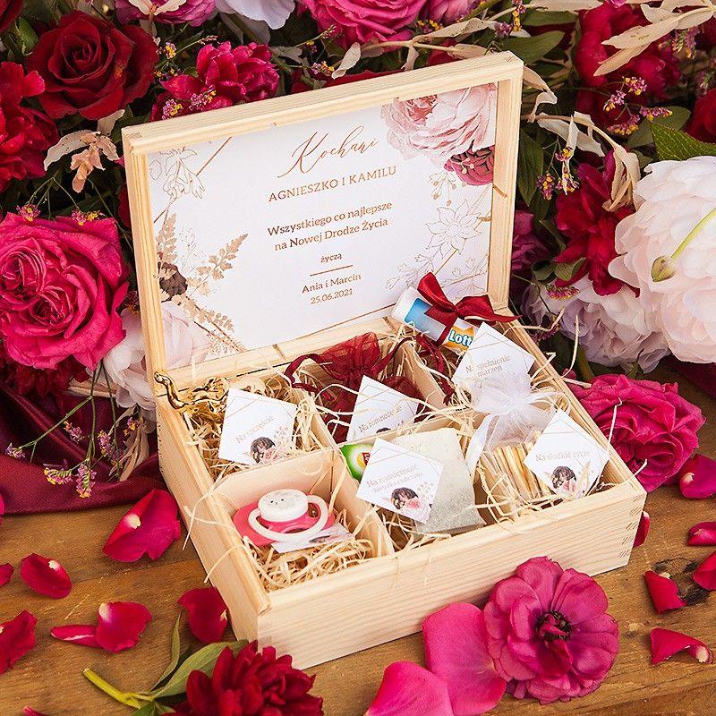 Wyjatkowy Idealnie Skomponowany Prezent Dla Pary Mlodej Ktory Mozna Wreczyc W Dniu Slubu Cudowna Propozycja Ktora Oczaruje Nowo Gift Wrapping Gifts Wedding