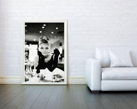 79c958a2a4 I obyčejný černobílý plakát s filmovým motivem, v tomto případě krásné Audrey  Hepburn ze Snídaně