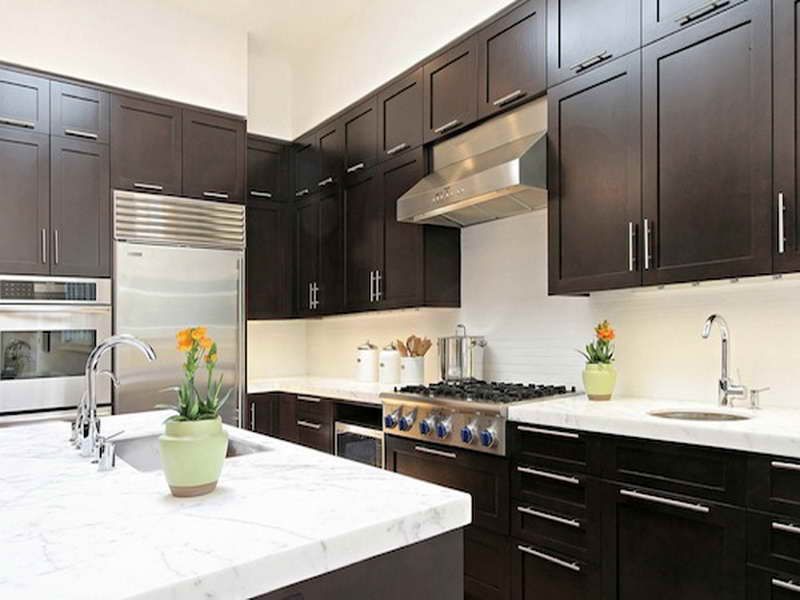 Tiny dark kitchen color schemes dark kitchen cabinets for Great kitchen paint colors