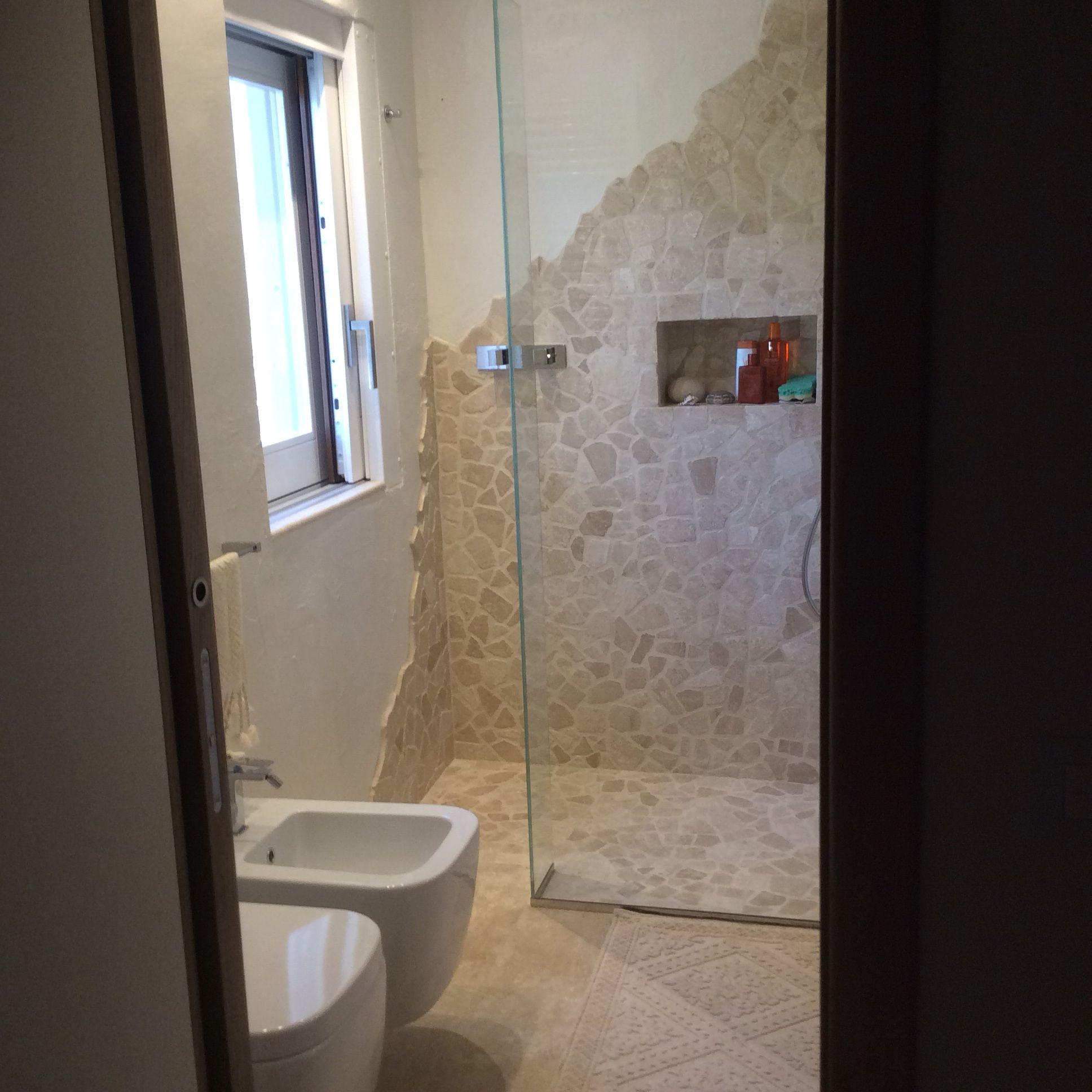 Bagno in marmo di orosei con doccia in palladiana - Bagno di marmo ...