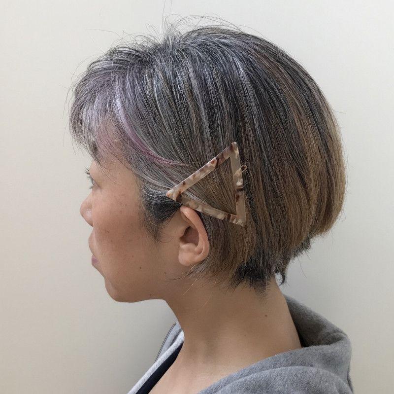 かわいいピン留めで 白髪をあえて見せてみた の画像 40代女性 白髪染めをやめて かっこいい白髪を目指す 美容 グレイヘア 美容メイク