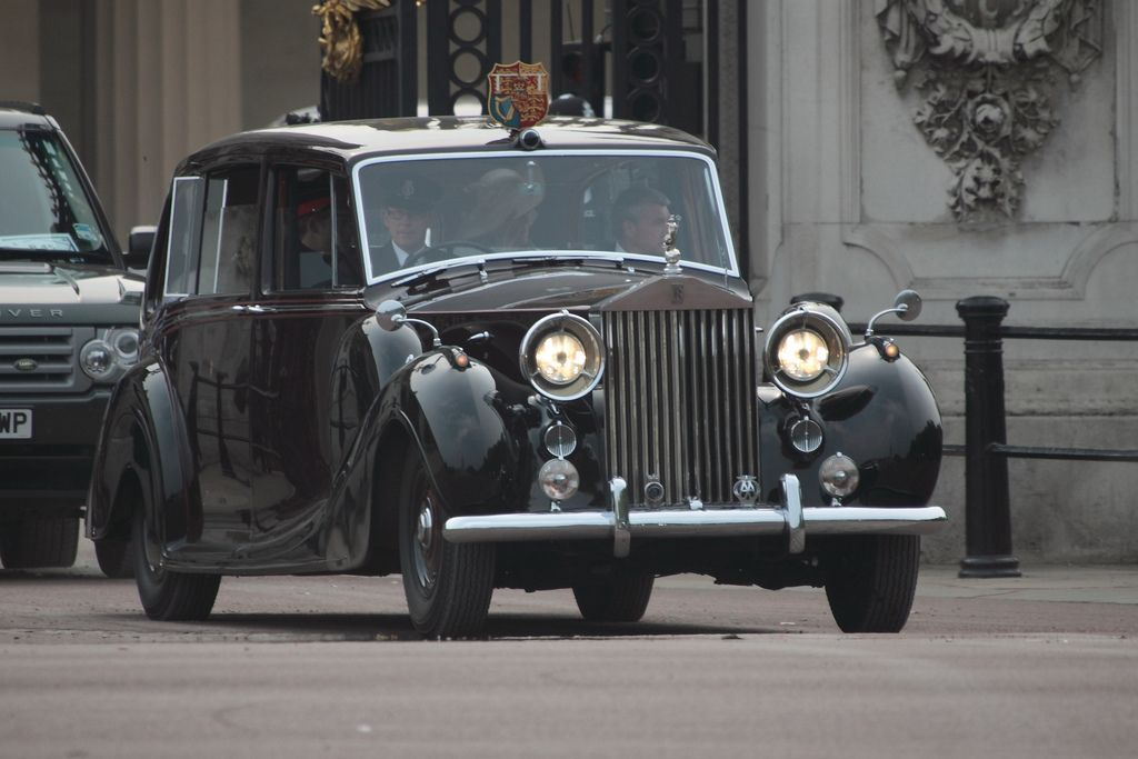 1950 Rolls Royce Phantom Iv Carrying Prince Harry The Prince Of Wales And Camilla On Royal Wedding Day Rolls Royce Rolls Royce Limo Rolls Royce Phantom
