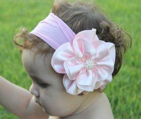Faixa de meia flor em cetim com miolo de pérolas, pra arrasar,  ideal para bebê ou criança de 0 a 6 anos.