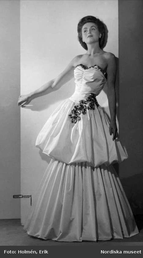 d38d6a98f84 Digitalt Museum - Modell poserar i en axelbandslös klänning. Nordiska  Kompaniet.