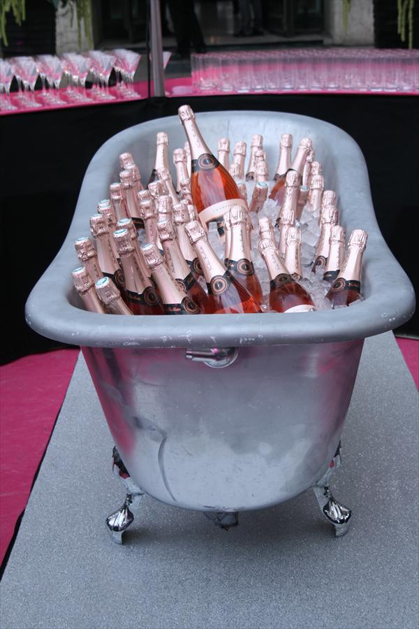 champagner aus der badewanne vive le vin pinterest bathtub party und french. Black Bedroom Furniture Sets. Home Design Ideas