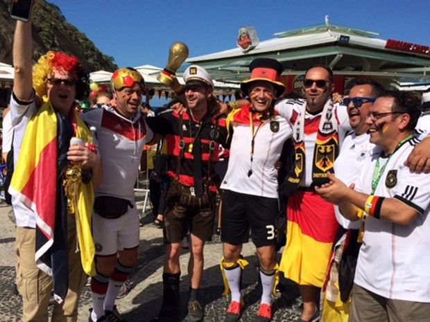 Grupo de torcedores alemães na Orla de Copacabana, Zona Sul  (Foto: Mariucha Machado/G1)