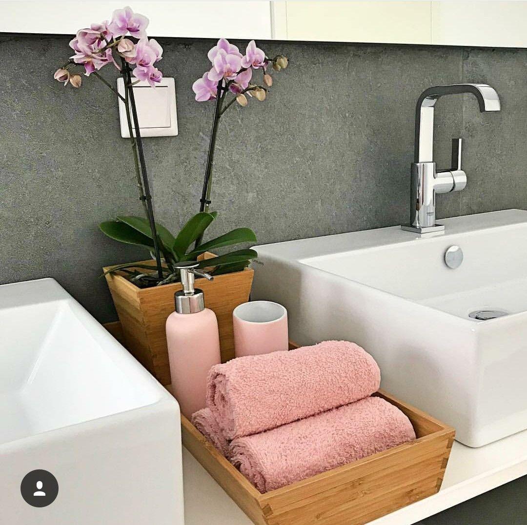 Me gusta la bandejita de madera y las toallas así #bathroomvanitydecor