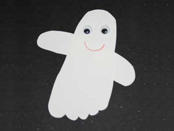 Need a quick easy and inexpensive Halloween craft for your little ones? Look no : paper plate ghost craft - pezcame.com