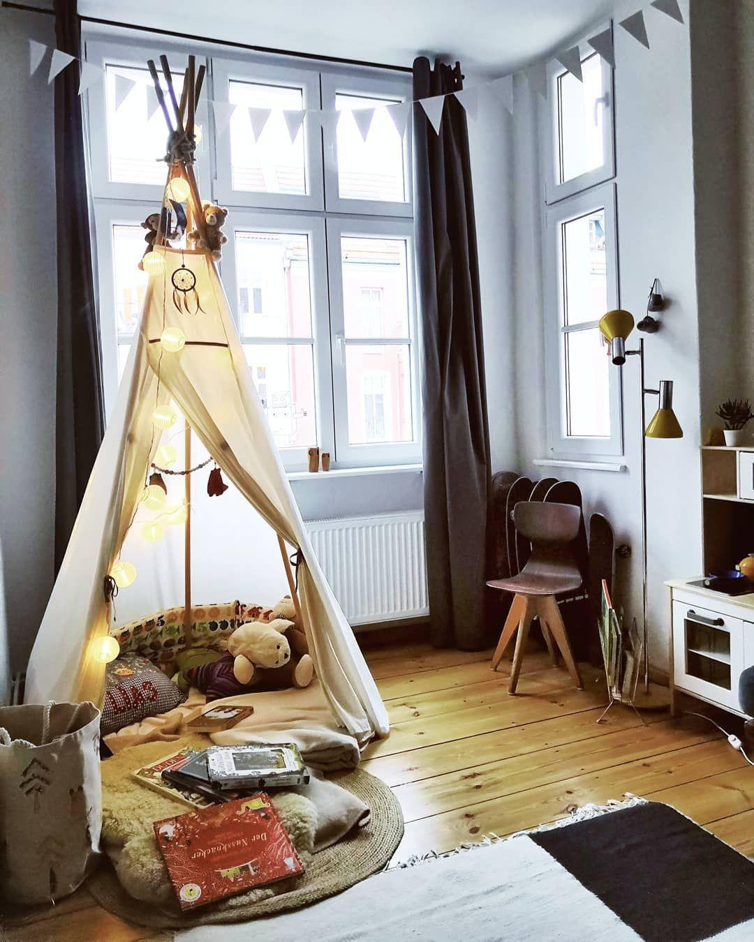 Kinderzimmer mit Tippi Zelt, Lichterketten, Kinderküche