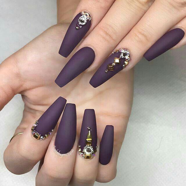 Uñas de acrílico color morado en color mate y pedrería | NAIL ...