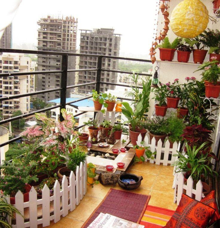 Auf dem Balkon mit Teich werden Gärten mit Zäunen imitiert und - Mayenne Aganon #apartmentbalconygarden