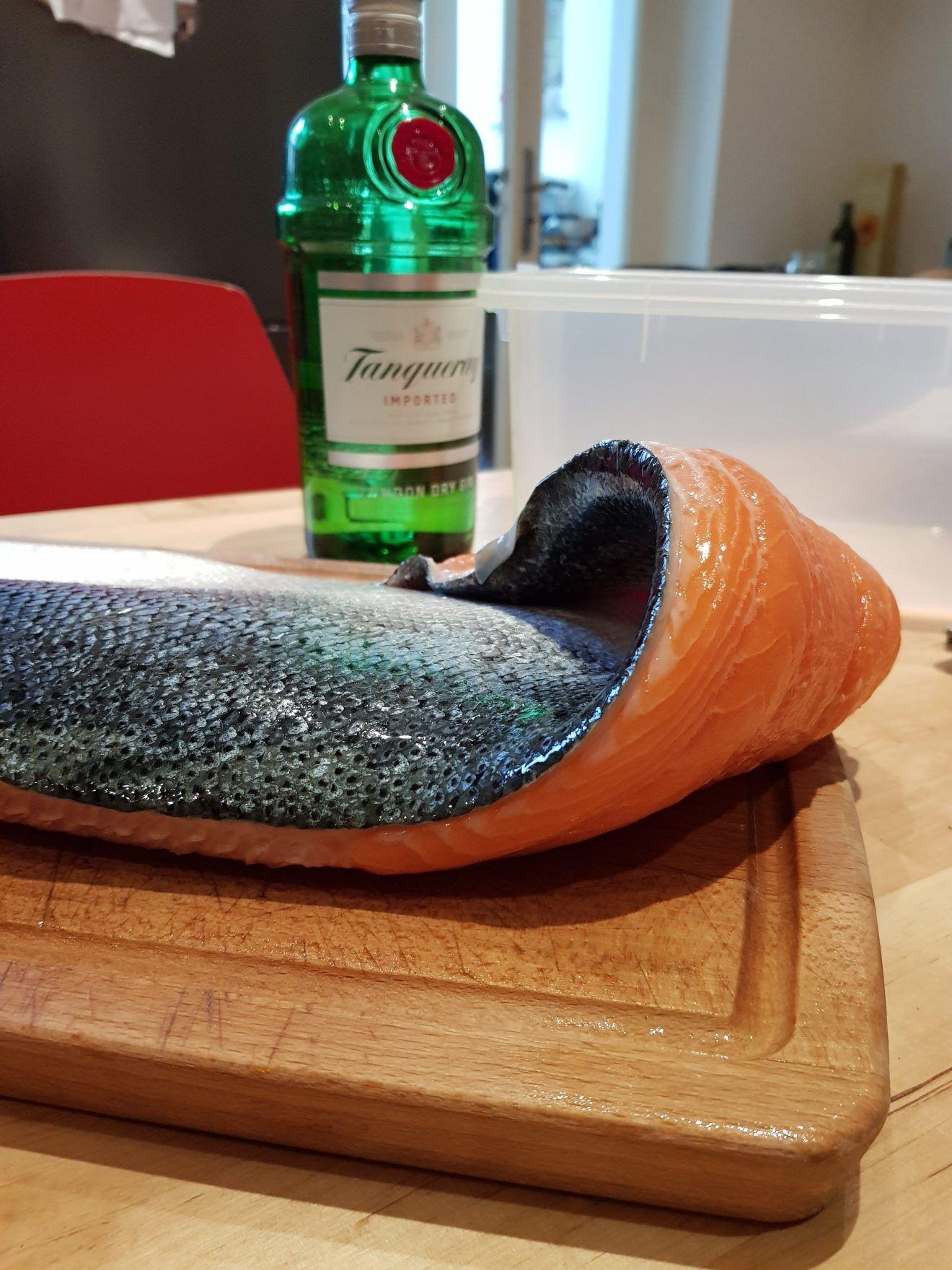 Selbst gebeizter und geräucherter Lachs - mit Gin und Wacholder!