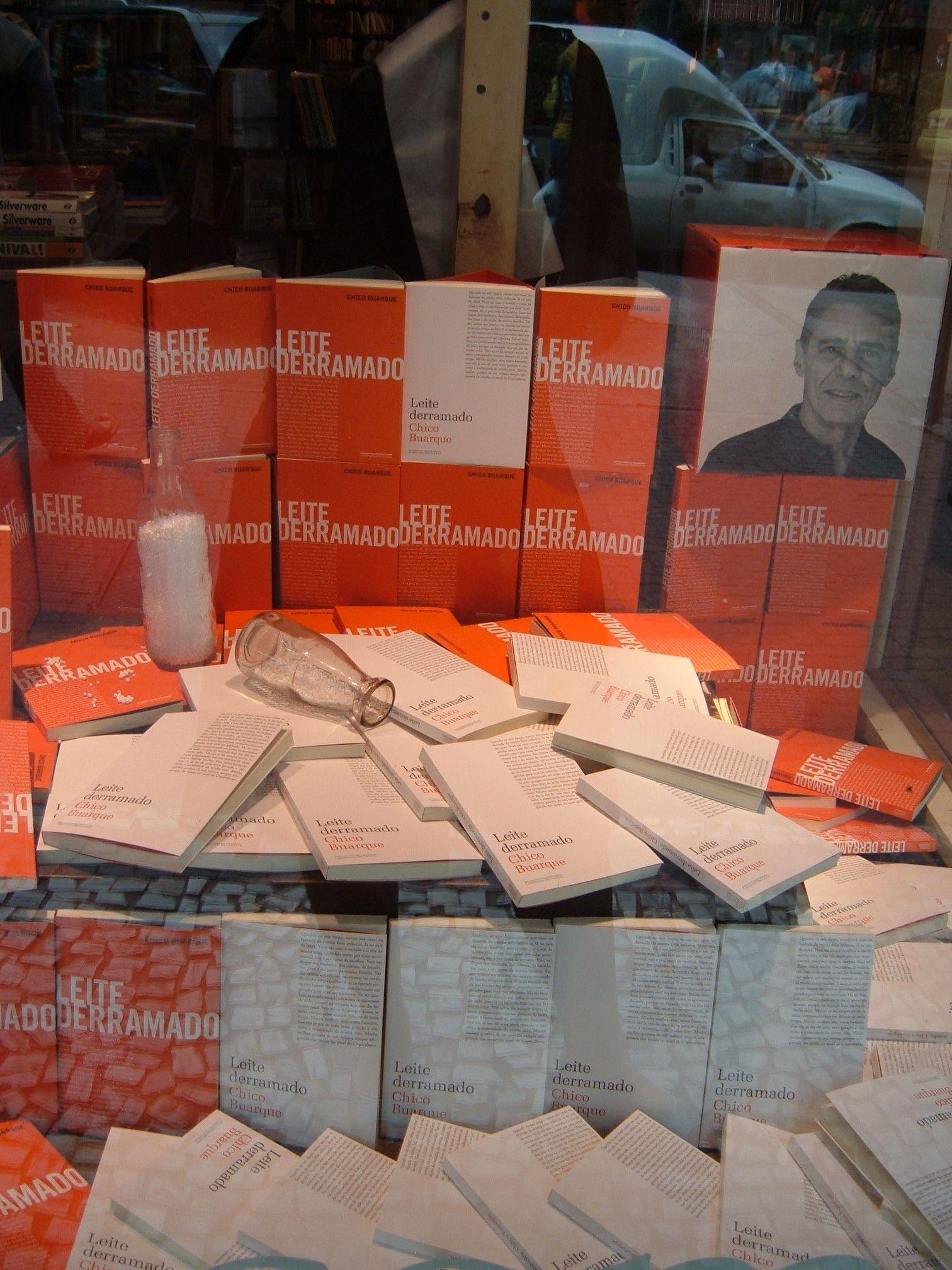 """Livraria da Travessa, Ipanema, RJ.  Vitrine """"Leite derramado"""".  www.travessa.com.br"""