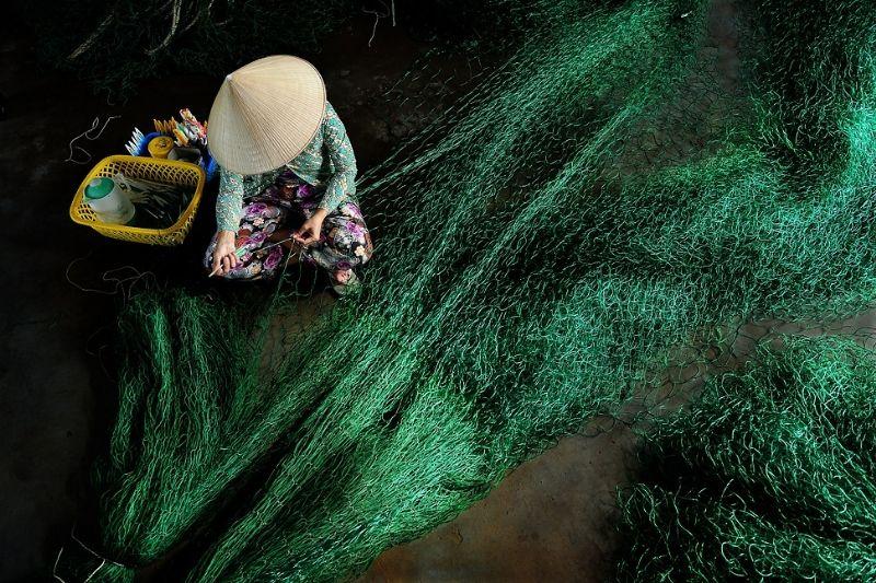 Mending fishing nets ,Viet Nam / Ly Hoang Long Photography