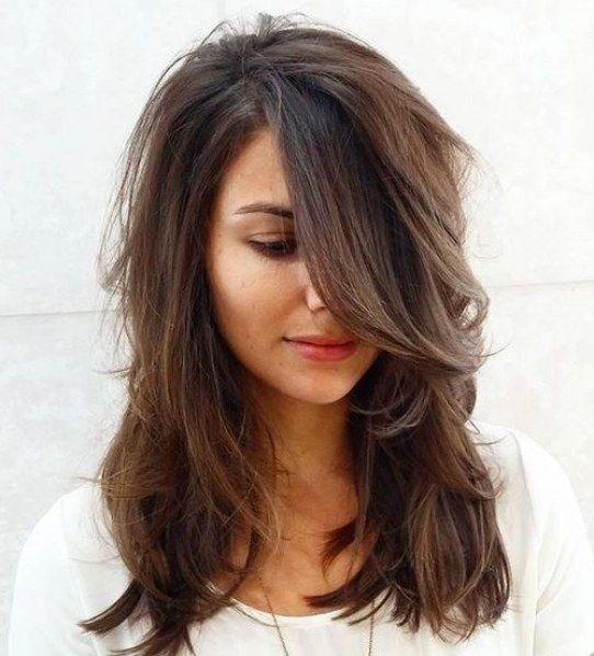 Taglio di capelli medio lunghi scalati