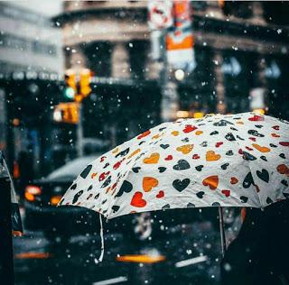 صورة مظلة شمسية تتساقط عليها الامطار فى فصل الشتاء Rain Wallpapers Rain Photography I Love Rain