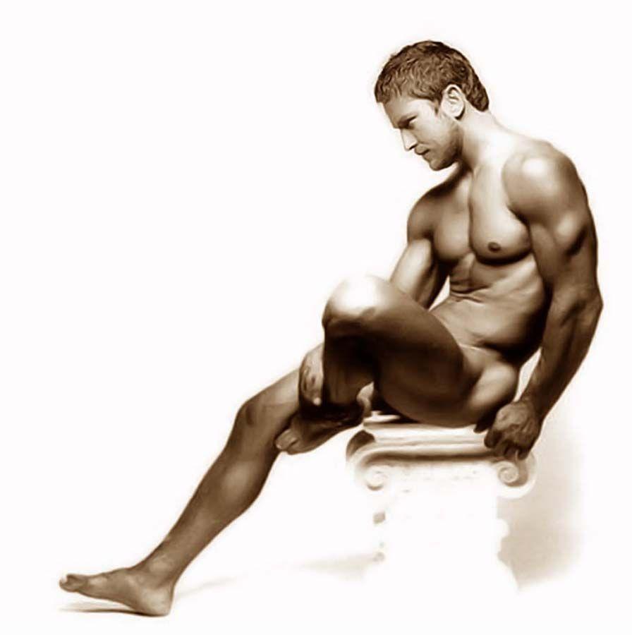 Картинка голого сидящего парня