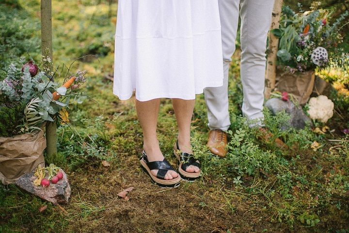 Neutral eco friendly wedding in the forest | bride wears sandals | fabmood.com #wedding #neturalwedding #ecofriendlywedding