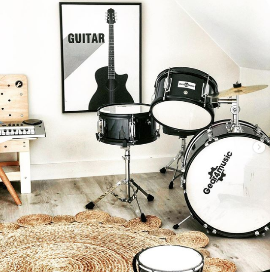 Sympa le coin 🄼🅄🅂🄸🅀🅄🄴 chez @ohhhh_nana 🎸 Cadre image (réf. 447038) - 45x60 cm - Modèle guitare ou radio - 9€99 #repost #regram #music #guitare #homedecor #homedecoration #passionmusic #batterie #decorationinterieur #kidsdecor #deco #decoenfant #chambre #chambreenfant #animaux #kids #kidsbedroom #bois #deco #mobilier #decoration #tendance #home #homesweethome #bmstores #babou #bonsplans #prixfous
