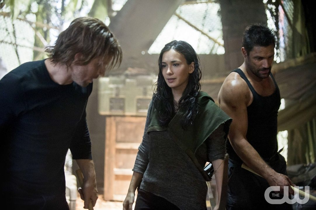 """Arrow -- """"City of Heroes"""" -- Image AR201b_0395b -- Pictured (L-R): Stephen Amell as Oliver Queen, Celina Jade as Shado, and Manu Bennett as Slade Wilson -- Photo: Cate Cameron/The CW -- � 2013 The CW Network. All Rights Reserved.pn"""