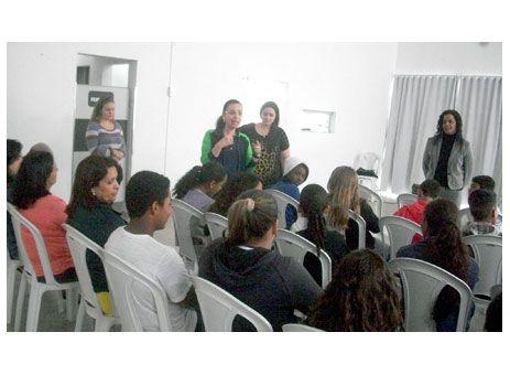 CREAS PROMOVE ENCONTRO COM ALUNOS DO SÃO GABRIEL. http://www.passosmgonline.com/index.php/2014-01-22-23-07-47/geral/2641-creas-promove-encontro-com-alunos-do-sao-gabriel