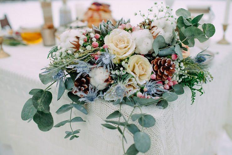 Winter bridal bouquet | fabmood.com #wedding #winterwedding #outdoorwedding #snow #bride #weddingdress #peach