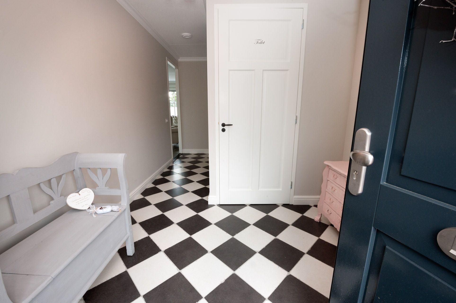 Tegels Voor Hal : Houtlook tegels in woonkamer zwart wit geblokte vloer in hal