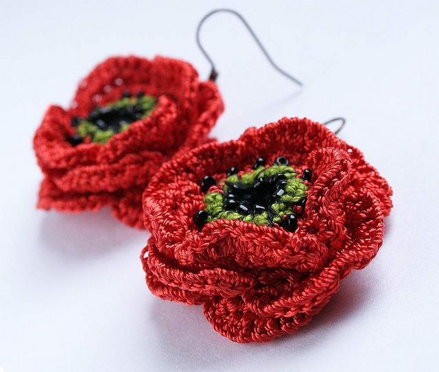 Crocheted earrings in a form of poppy | Blumen häkeln, Diy häkeln ...
