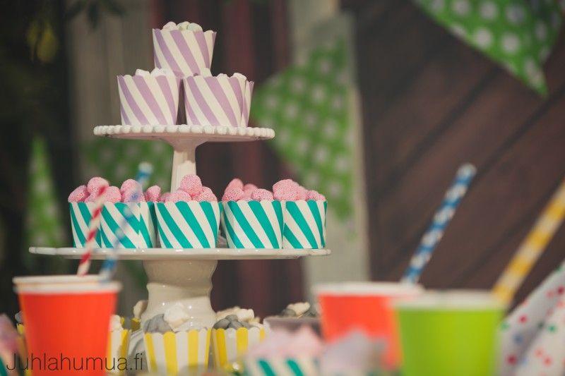Muffinivuoat voi täyttää myös karkeilla ja koota niistä upean karkkitornin esimerkiksi kakkuvatien päälle. #juhlaherkut