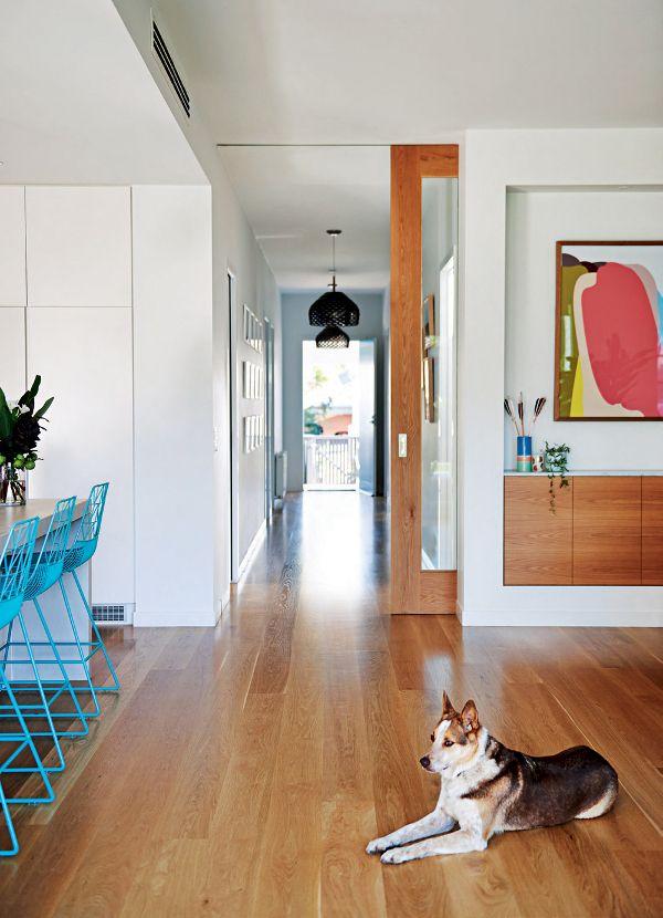 Touches de couleurs vives et bois dans un intérieur design Nook - mur en bois interieur