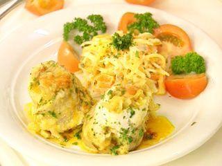 Rollitos de pescado con ensalada de queso
