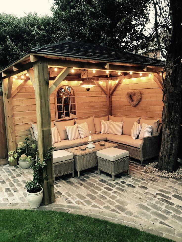 Gazebo en bois fait maison, pavés, lampes de jardin, canapé dextérieur, …