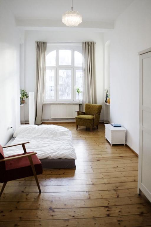 Herbstliche Tne im Schlafzimmer mit schnem Holzfuboden