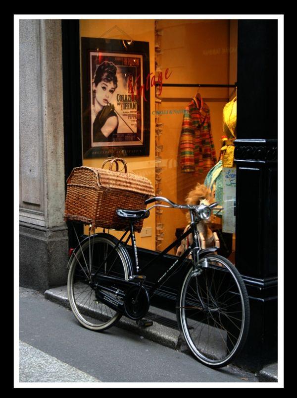 Et pour se déplacer à Paris, un vélo hollandais bien sûr!  Noir avec un grand panier, c'est cela la liberté!