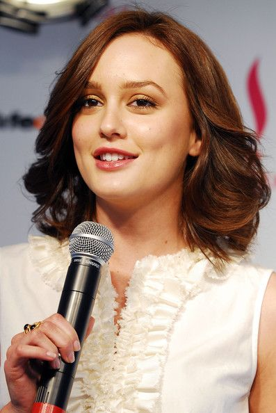Modern Medium Wavy Haircut for Women with Hair Brown Color from Leighton Meester